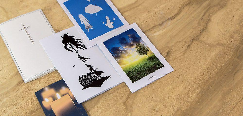 Mit personalisierten und stilvoll gestalteten Trauerkarten, können Sie Ihren Verstorbenen auf eine besondere Weise gedenken. Gestalten Sie mit uns Ihre Trauerkarte und lassen Sie diese von uns drucken.