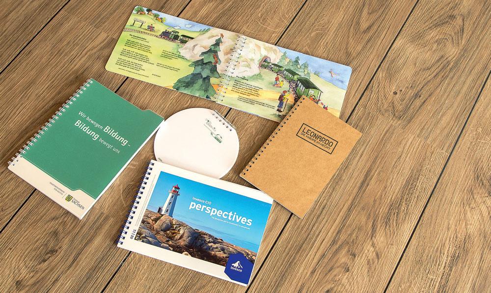 Wire-O-Bindungen werden gern für Kalender, Blöcke oder Broschüren genutzt. Sie gewährleisten ein einfaches und um 360° Umschlagen der Seiten.