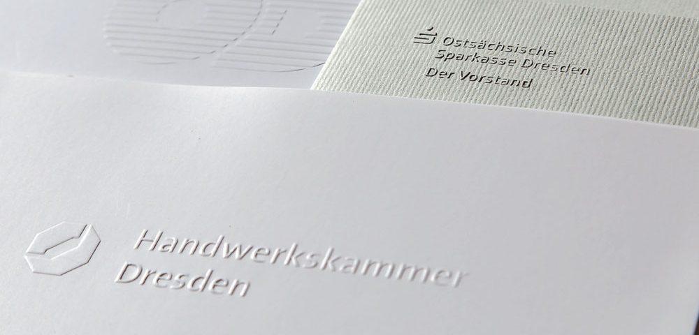 Hinterlassen Sie einen bleibenden Eindruck bei Ihren Geschäftspartnern durch hochwertige Drucksachen mit Prägung. Ob Visitenkarten, Einladungen oder Postkarten – erzeugen Sie visuell und haptisch interessante Produkte.