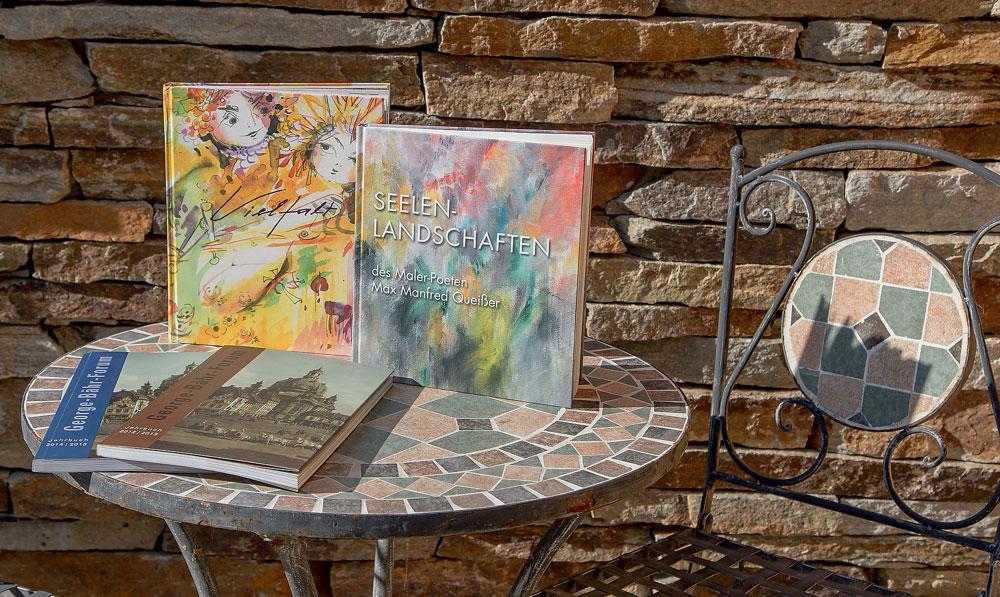 Wir begleiten Sie gerne auf dem Weg zu Ihrem eigenen Buch und setzen mit Ihnen Ihre Vorstellungen um. Ob Kochbücher, Jahrbücher oder Ihr selbst verfasster Roman – zusammen finden wir die optimale Lösung.