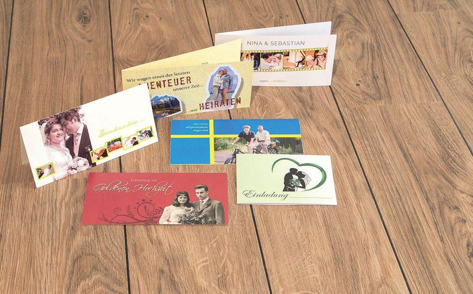 Ob Save-the-date-Karten, Tischaufsteller, Menükarten, Hochzeitszeitungen oder Grußkarten – wir bieten Ihnen verschiedenste Formate, Materialien und Designs an, um Ihren großen Tag perfekt zu machen.