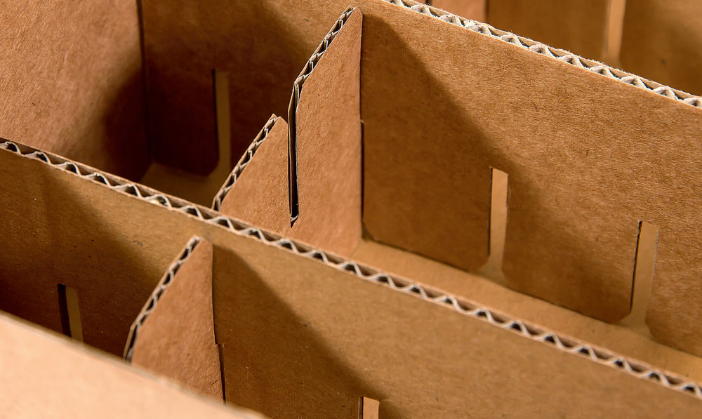 An Ihre Produkte angepasste Gittereinsätze in Kartons für einen optimalen Schutz bei Transport und Lagerung.