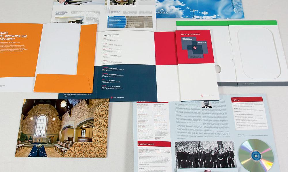 Präsentationsmappen sind besonders hilfreich bei der Übergabe oder dem Verschicken von wichtigen Unterlagen. Mit der richtigen Mappe hinterlassen Sie einen bleibenden Eindruck bei Ihren Kunden.